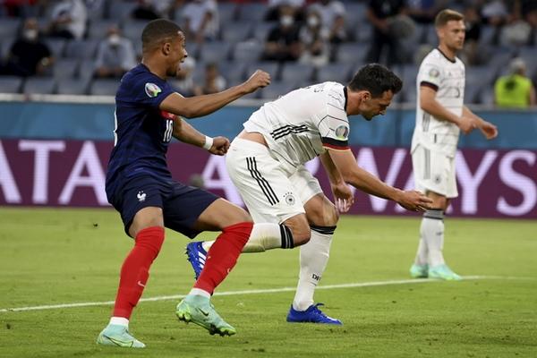 Humels dao autogol protiv Francuza: Ali reakcija njegovog sina ga je sigurno utešila (FOTO)